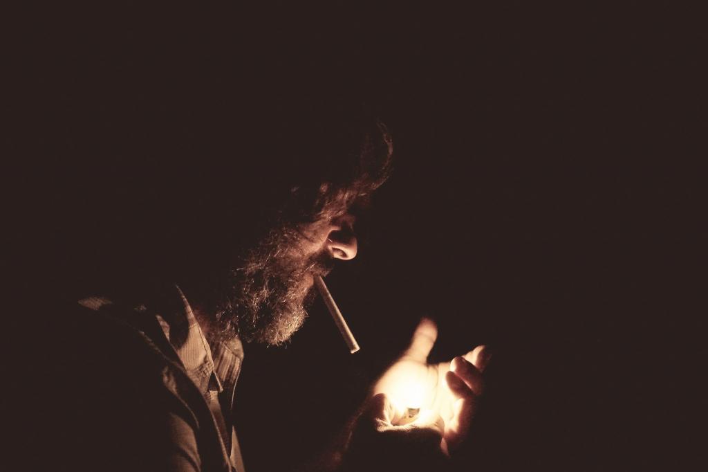 Man die sigaret opsteekt