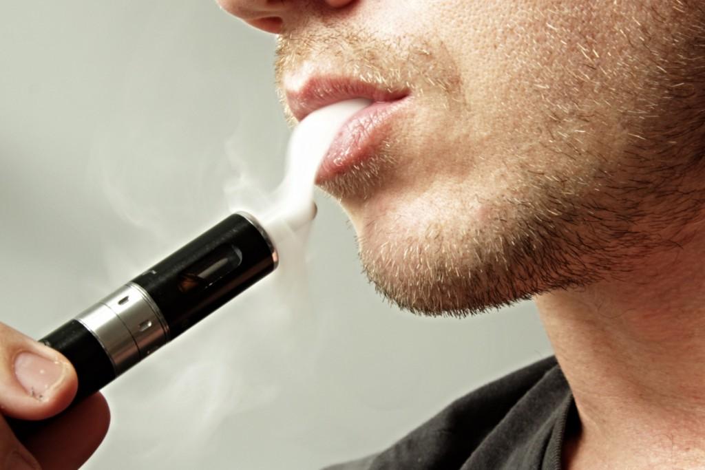 Man die E-sigaret rookt