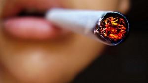 Foto van een sigaret in de mond